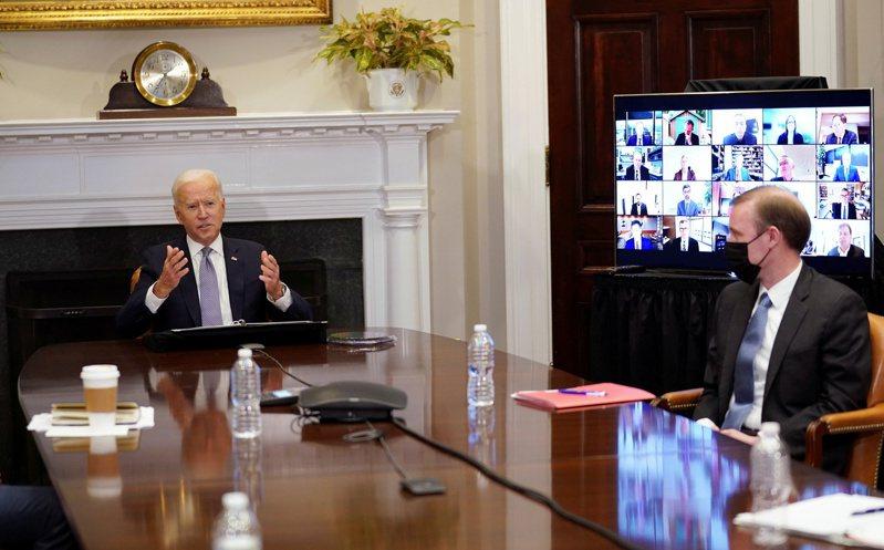 白宮十二日召開半導體峰會,拜登總統(左)對十九家半導體企業執行長表示,美國應加大投資,成為全球晶片領導者。(路透)