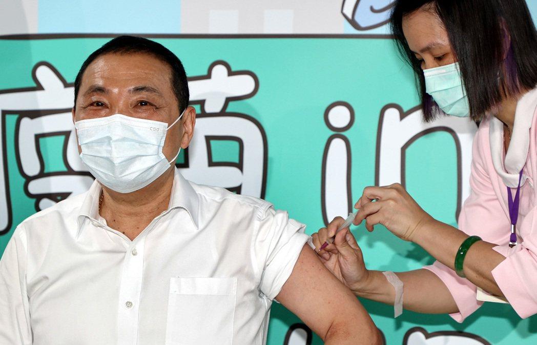 新北市長侯友宜(左)13日一早接種AZ疫苗,並呼籲符合資格者踴躍施打。記者侯永全...