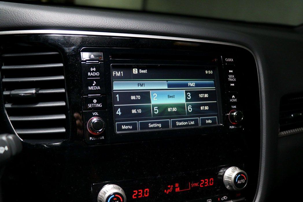 中控台上則配置2DIN觸控螢幕音響主機,支援AM/FM/CD/USB等訊源。 記...
