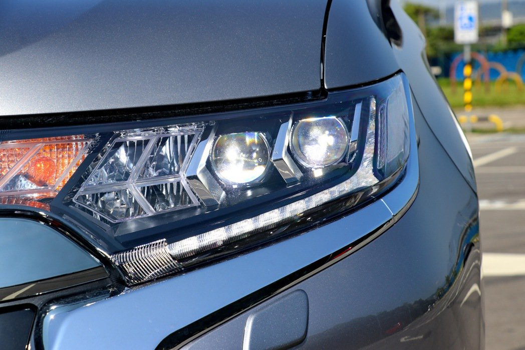 LED頭燈組除了排列方式不同外,也加入箭矢型造型。 記者陳威任/攝影