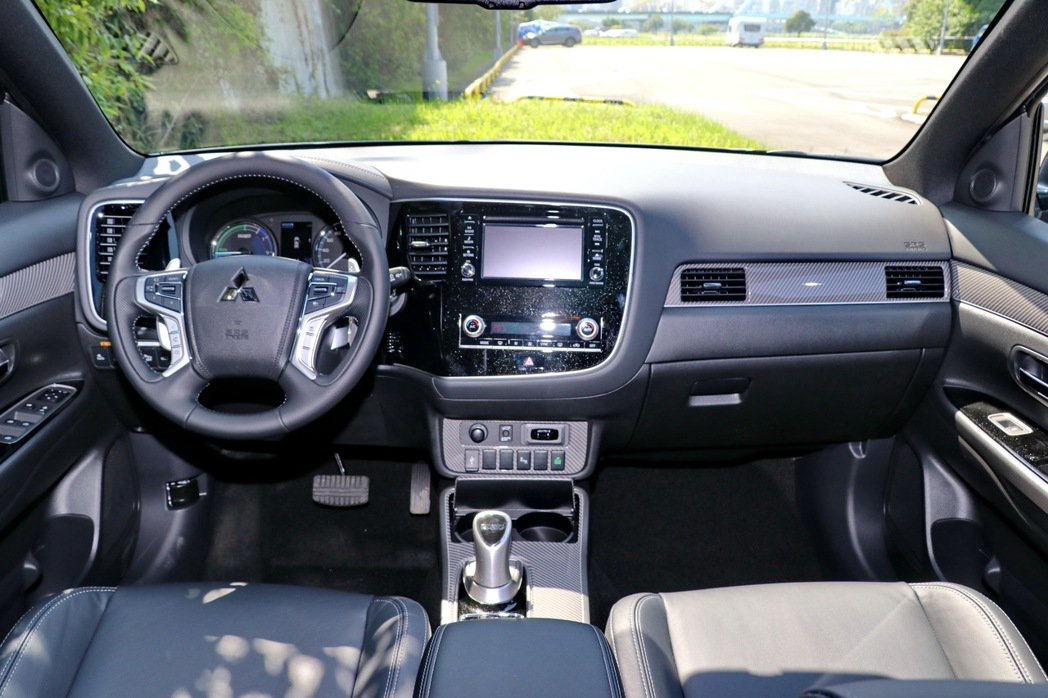 Mitsubishi Outlander PHEV的內裝舖陳少了新世代車款的特色...