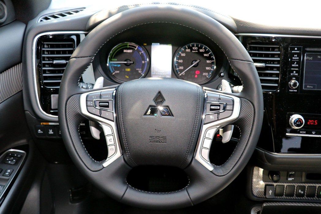 四幅多功能方向盤配置煞車動能回收控制撥片。 記者陳威任/攝影