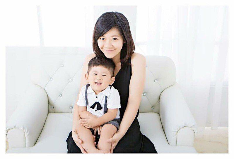 陳冠臻淨身出戶,成為單親媽媽,還為前夫背近百萬負債。圖片由陳冠臻授權「有肌勵」刊登