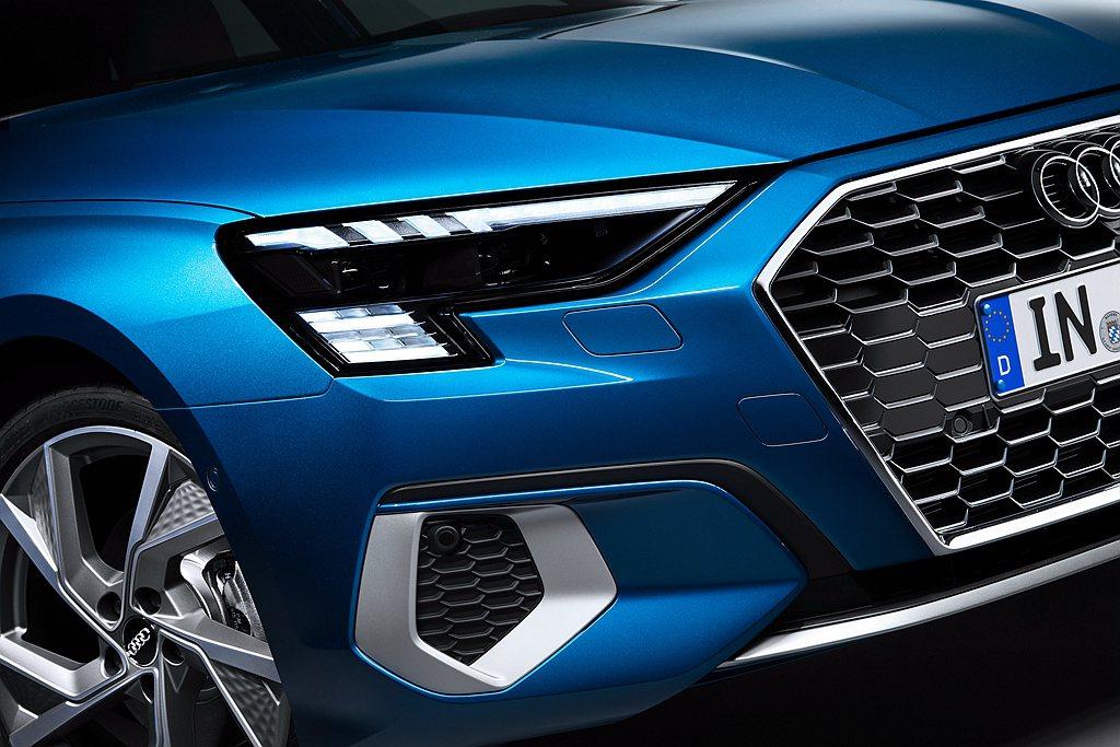 全新AudiA3 Sportback充斥科技感的頭燈組提供有三種選擇,並全數導入...