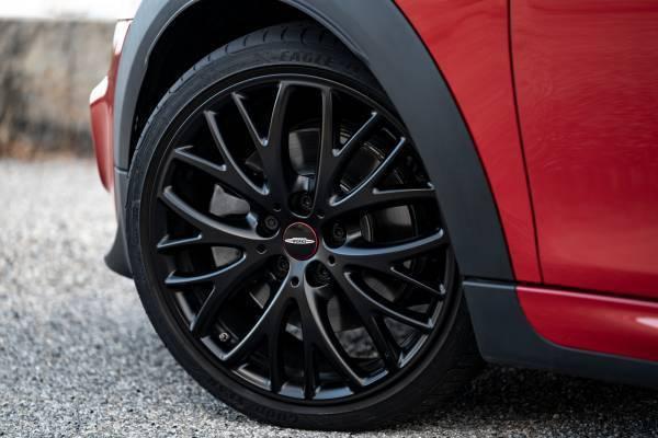 配備全新設計的18吋JCW霧黑色Cross Spoke輪圈展現獨有跑格風範。 圖...