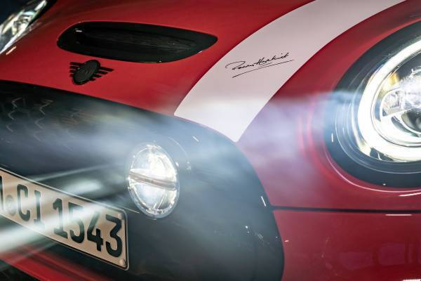 水箱護罩上的黑色高光澤遠光燈加裝組,忠實呈現經典MINI拉力賽冠軍車型識別。 圖...