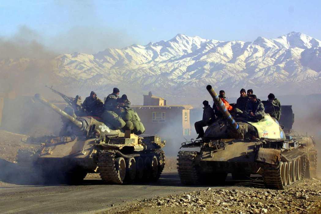 圖為2002年士兵在阿富汗東部洛加爾省乘著坦克車前進。 圖/法新社