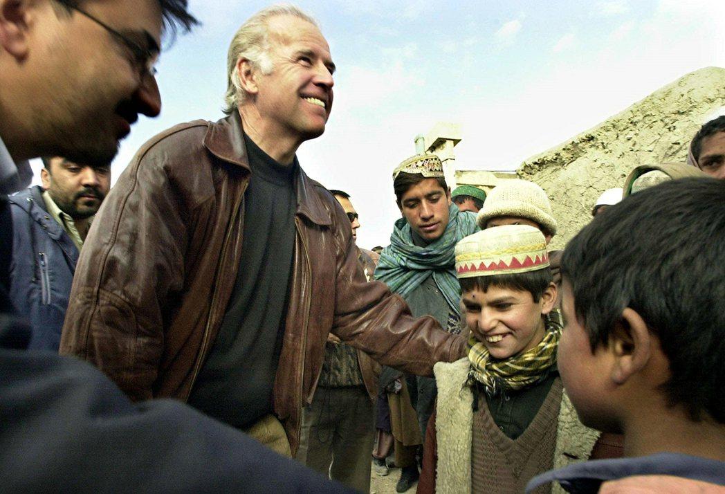 圖為2002年時任美國參議院外交委員會主席的拜登訪問阿富汗首都喀布爾。 圖/美聯...