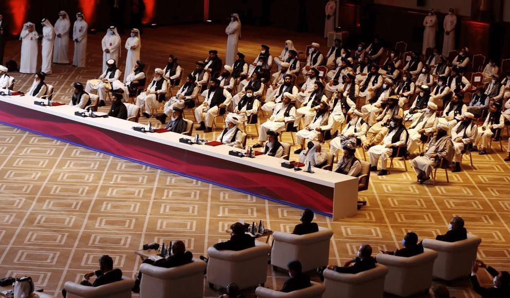 圖為2020年9月,阿富汗政府和塔利班代表出席在多哈舉行的會談。 圖/路透社