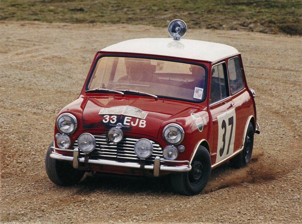1964年傳奇車手Paddy Hopkirk駕駛擁有靈巧身手的Mini Coop...