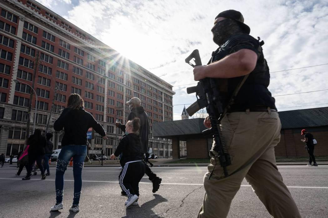 增修條文第2條確認,聯邦政府不得侵犯人民擁有和攜帶武器的權利。 圖/法新社