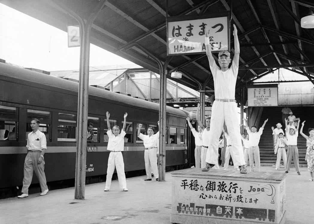 1952年濱松站的每日車站體操時間。 圖/美聯社