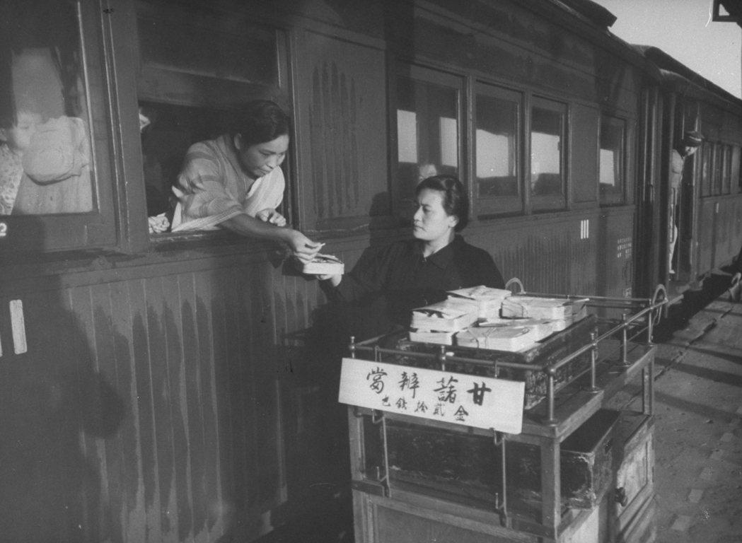 圖為二戰期間的鐵路便當。民營化會是鐵道問題的唯一解嗎?以台鐵的例子而言,在沒有民...