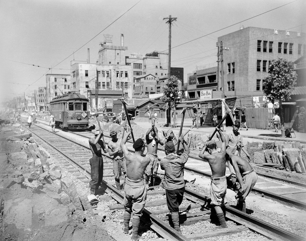 戰後復員修復路面電車的軌道(並非國鐵的軌道)。 圖/美聯社