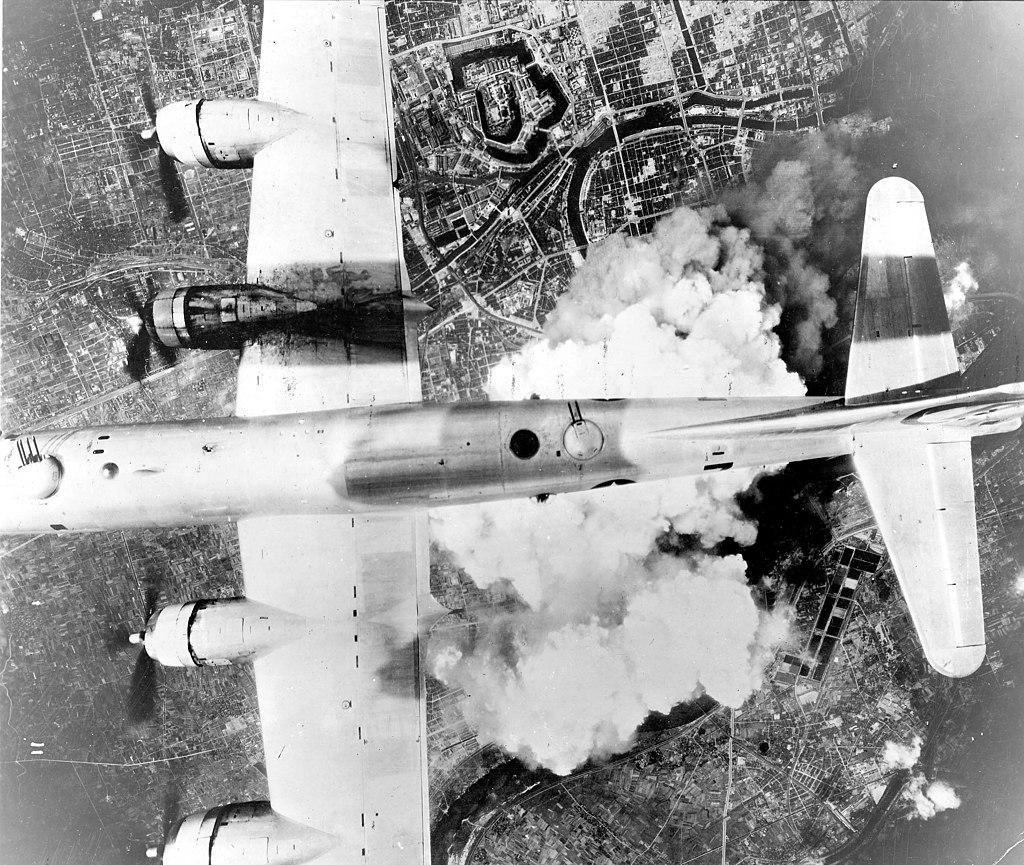 圖為1945年的大阪大轟炸,二戰末期鐵道路線遭到嚴重破壞。 圖/維基共享