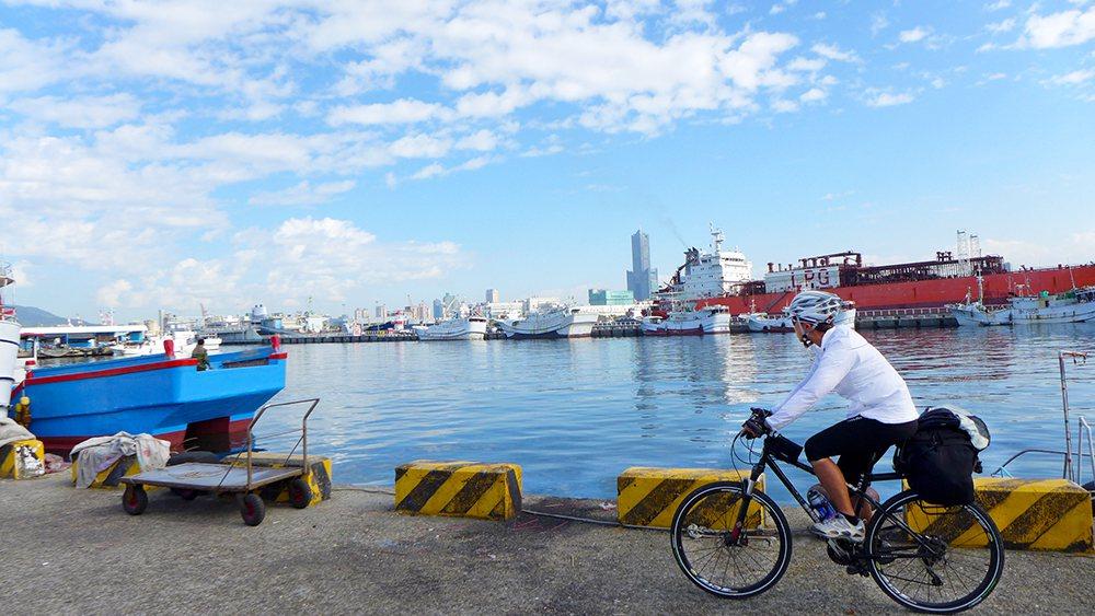 車騎累了,可休息一下,欣賞海天一色的海岸風光。 圖/Eddie提供