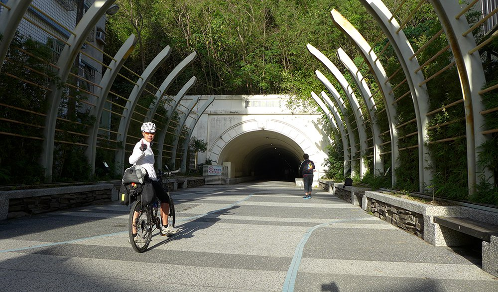 騎著鐵馬穿越中山大學,藍色海景即將豁然開朗。 圖/Eddie提供