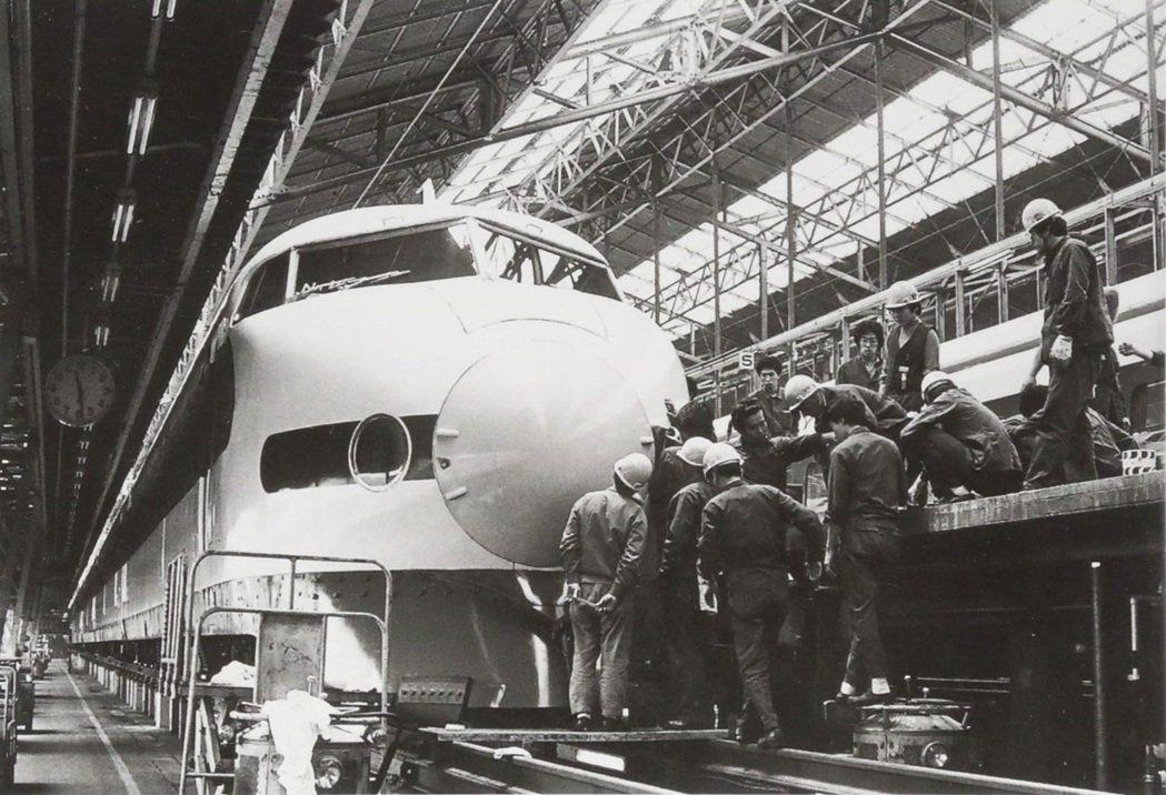 圖為新幹線0系列車的「御召列車」(日本皇室專用),是日本新幹線史上唯一一列專用御...