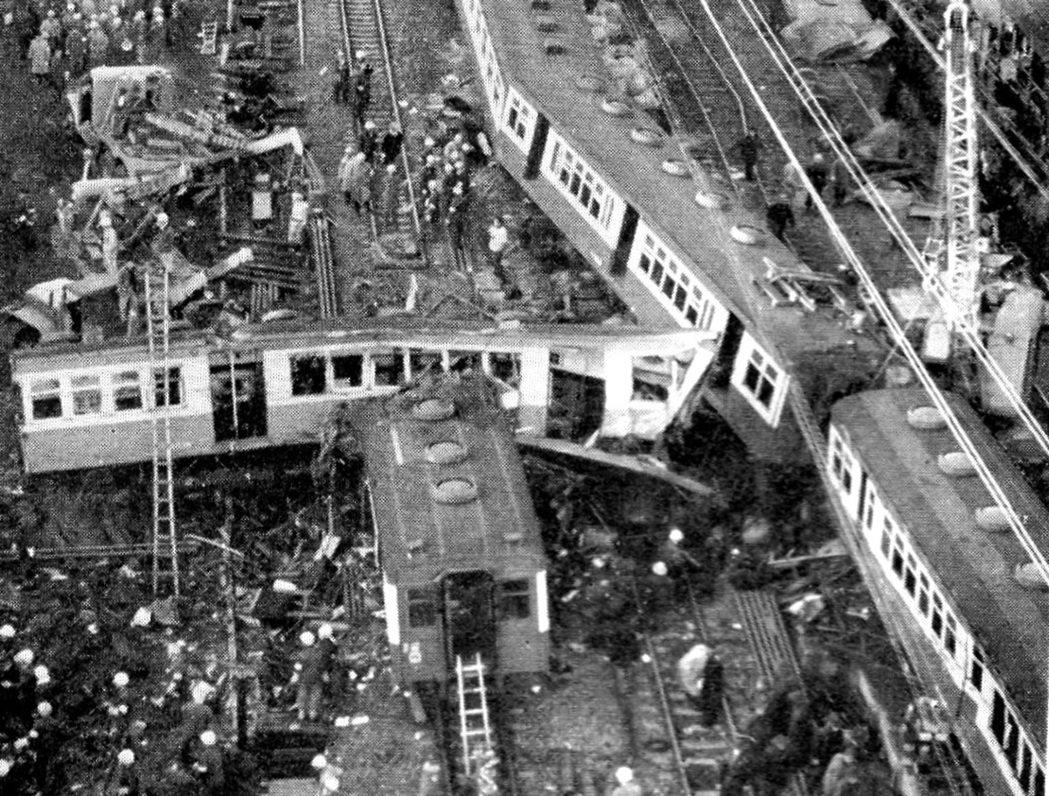國鐵戰後五大事故之中,死傷最嚴重的「鶴見事故」。 圖/《NHK》