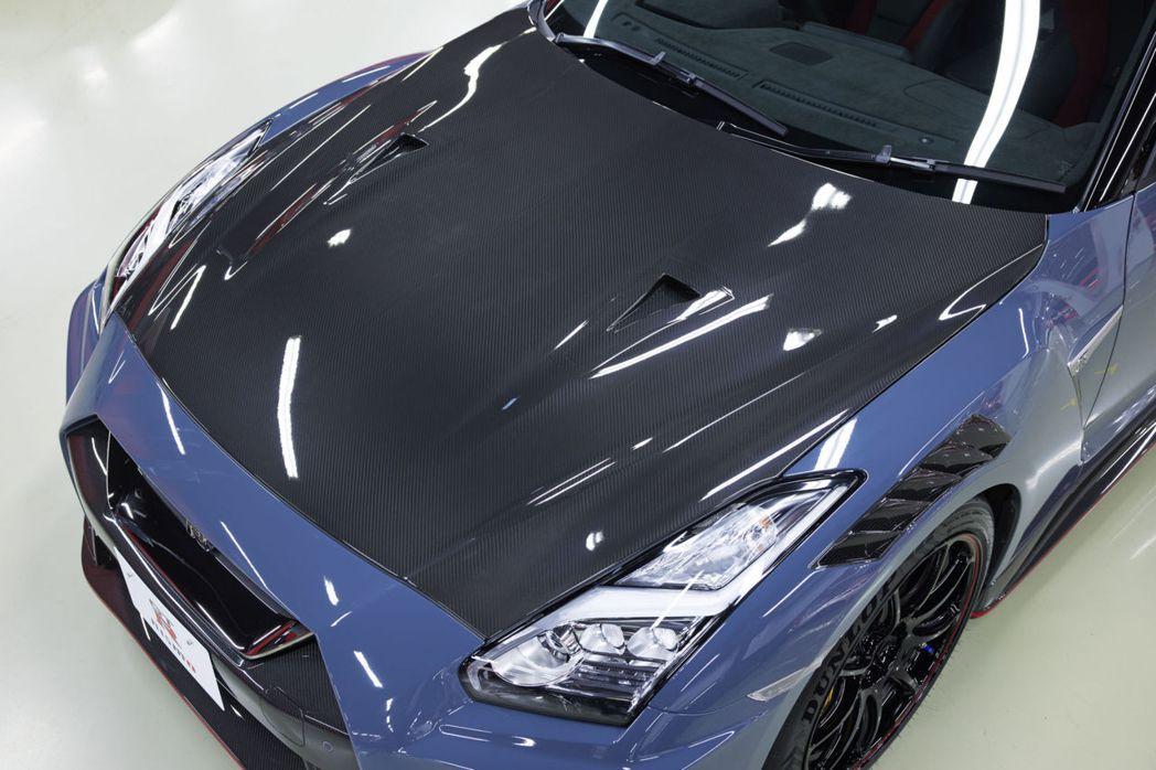 Special edition配有擦上金油層的碳纖維引擎蓋。 圖/Nissan提...