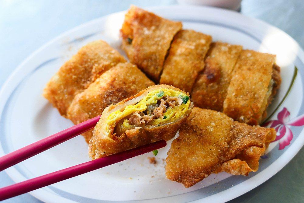 藍鯨早餐店的蛋餅外皮經過油炸,格外酥脆可口。 圖/李瑰嫻 攝影