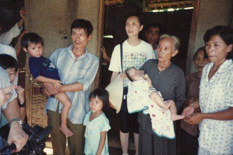 1998藝人陳淑麗(中)擔任至善愛心大使到越南把阿福帶到台灣動手術。 圖/至善基...