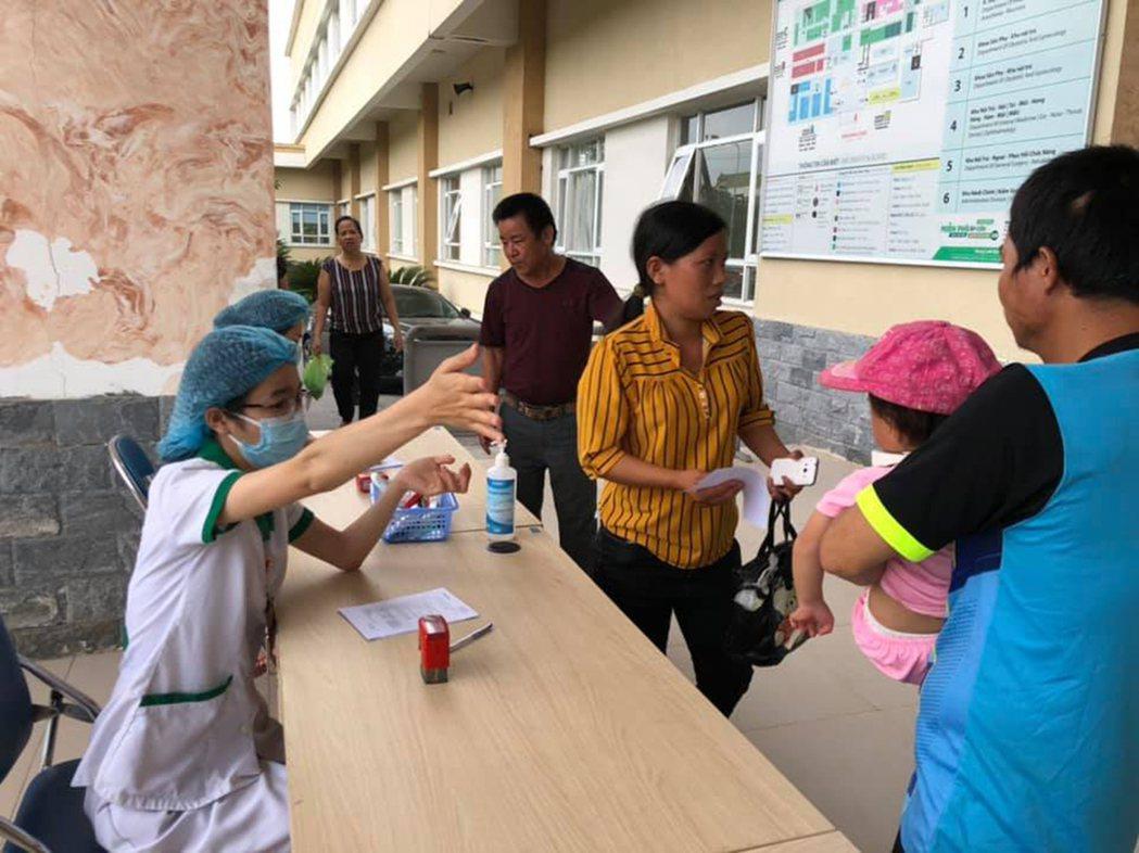 至善越南醫療矯治計畫安排醫生下鄉,家長帶著孩子去給醫生檢查。