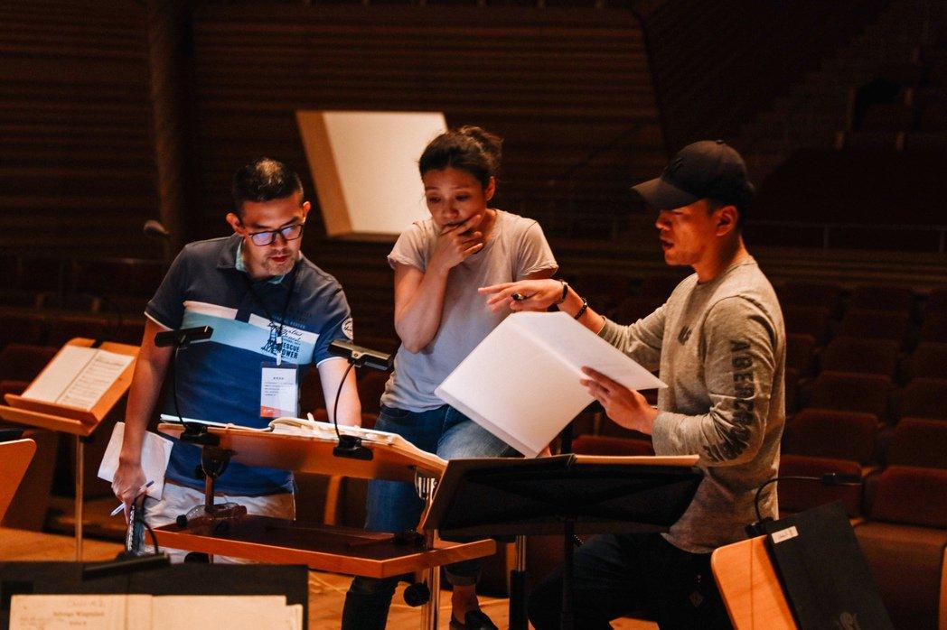 上海交響樂團演出焦元溥(左)改編的《皮爾金》。圖/焦元溥 提供