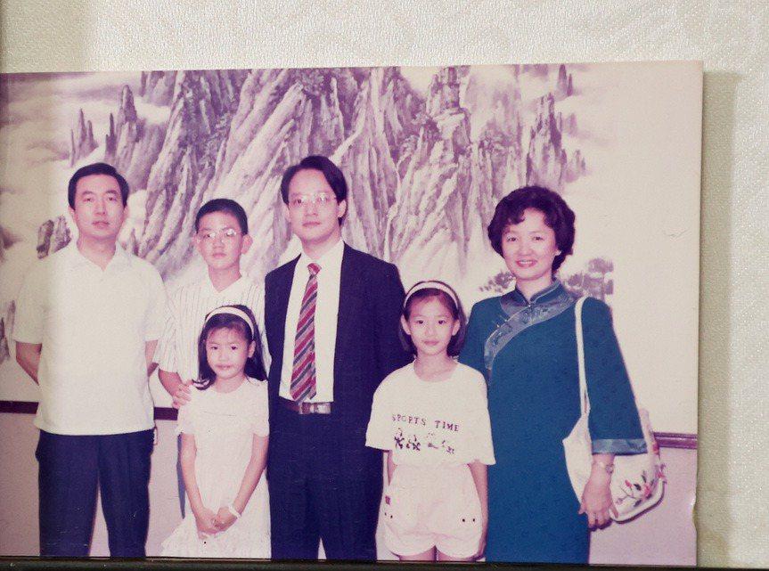 焦元溥(後排左二)父母自小就採放任式教育。記者余承翰/攝影