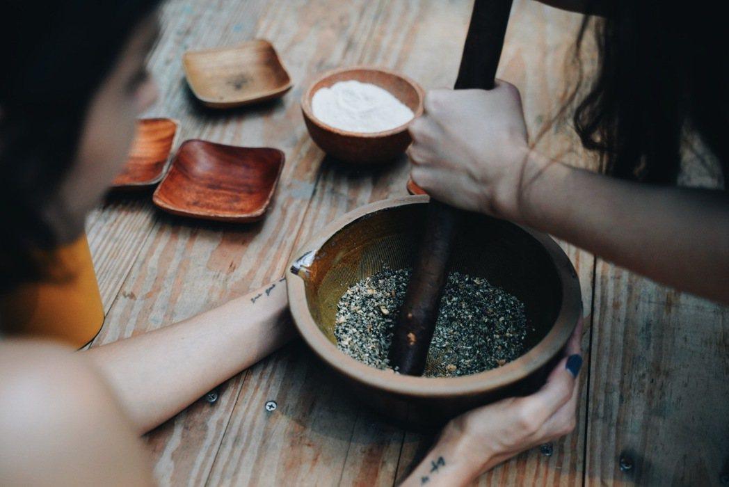 活動中,蜷尾家將首次推出的客家擂茶冰淇淋夾入銅鑼燒,參加者可體驗磨製客家擂茶的過...