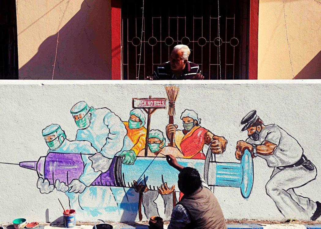 全球疫情持續升溫,在這場和病毒的競速中,疫苗的解方為何?圖為印度藝術家在街上畫的...