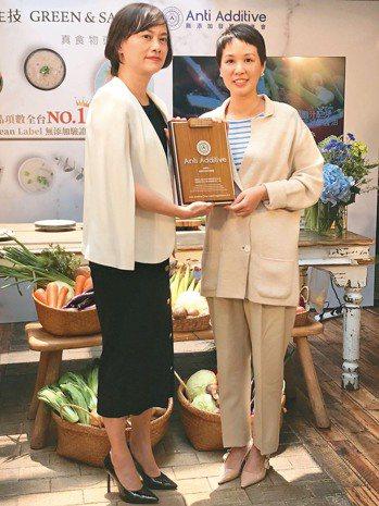 永豐餘生技總經理何奕佳(右)取得無添加驗證。記者嚴雅芳/攝影