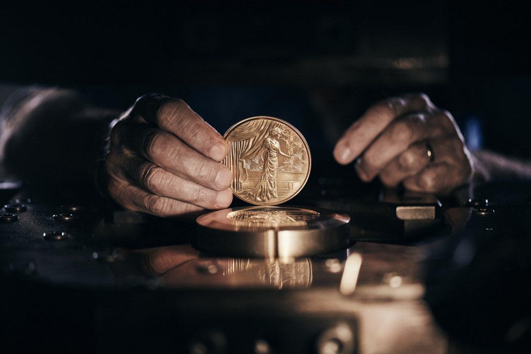 全球僅限量二千組的《時光典藏系列:向光之城致敬-1900》,外盒設計的靈感來自巴...