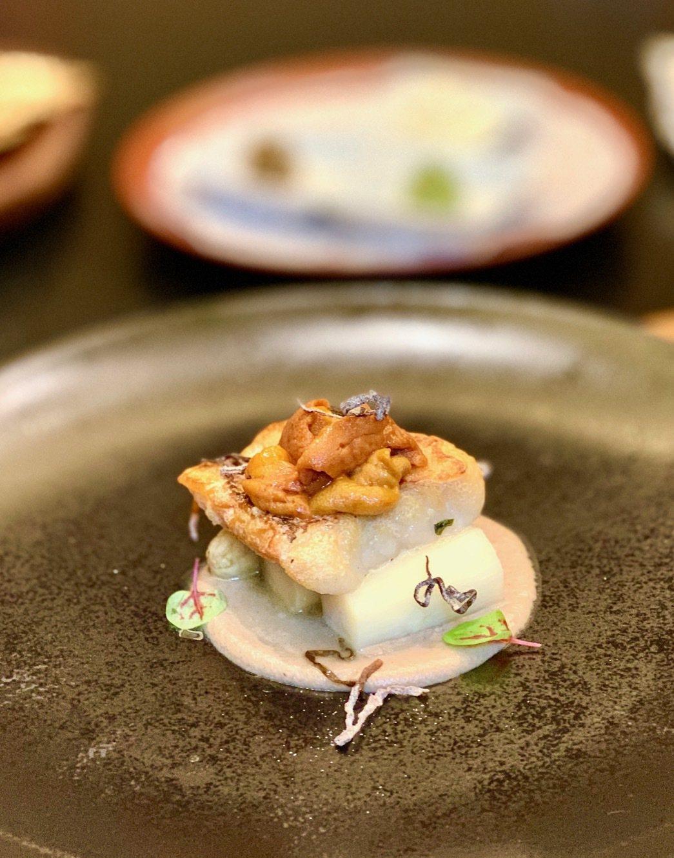 基隆野生磯釣鮮魚佐海膽及法國白蘆筍。 陳志光/攝影