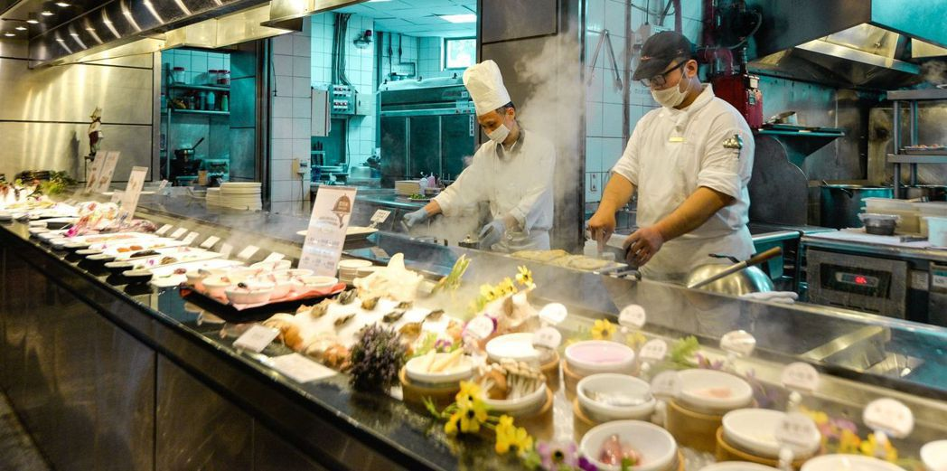 歐式自助餐開放式廚房現烹鐵板料理相當美味,趁兒童月大吃一頓!  台南大飯店/提供