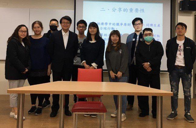 星誼企業總經理羅美浩(左三)演講後與元培企管所師生合影。 元培/提供
