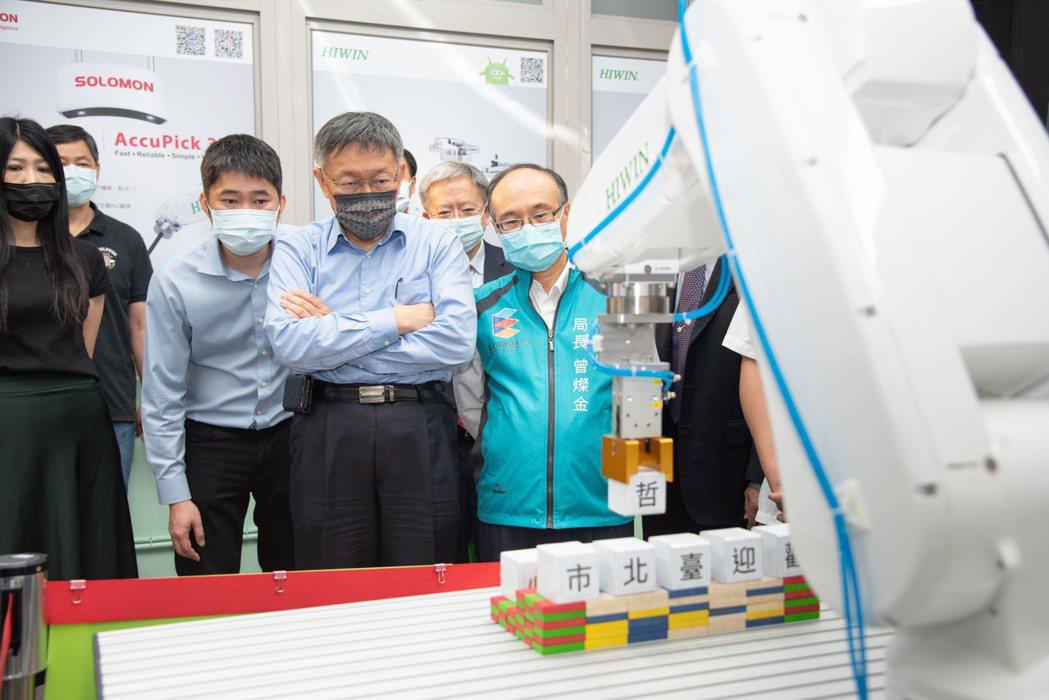 柯文哲市長觀看學生操作機器手臂。 上銀科技/提供