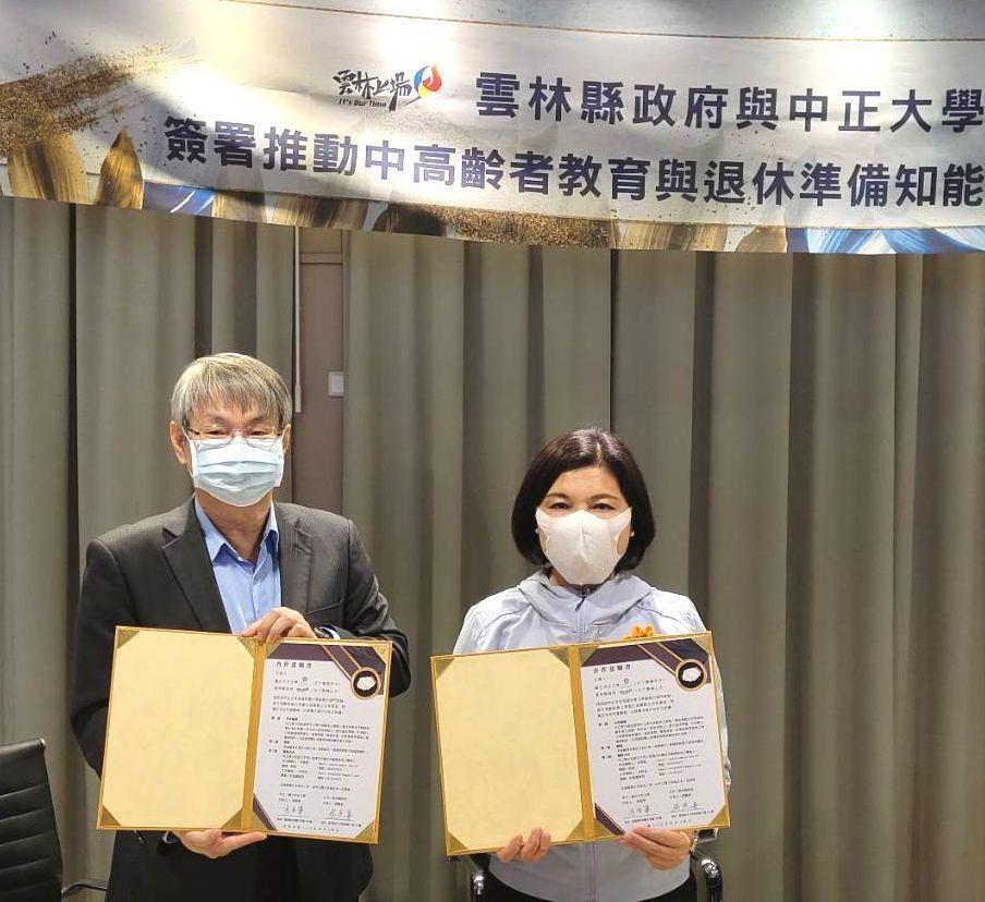 雲林縣長張麗善(右)與國立中正大學校長馮展華代表雙方簽約合作。 楊鎮州/攝影