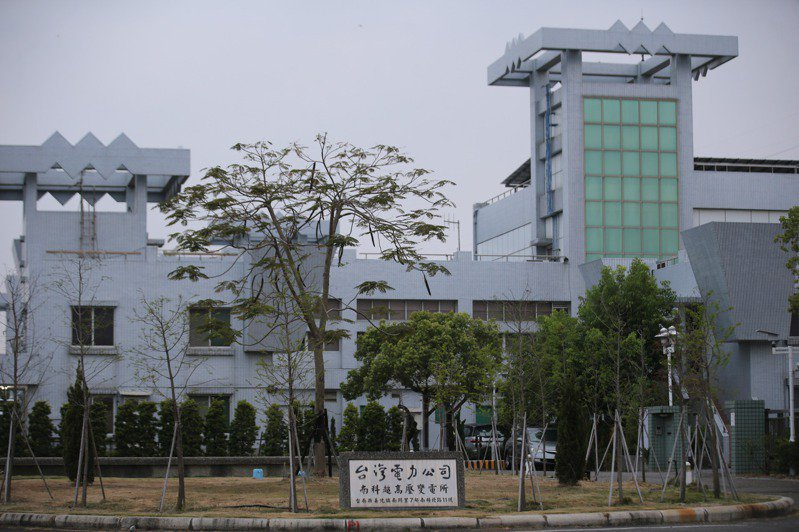 位於台南的台積電南科晶圓14B-P7廠傳出停電讓產業界震撼,主因是啟碁南科廠建廠工程,挖斷台電161KV電纜,圖為南科超高壓變壓所。 記者劉學聖/攝影