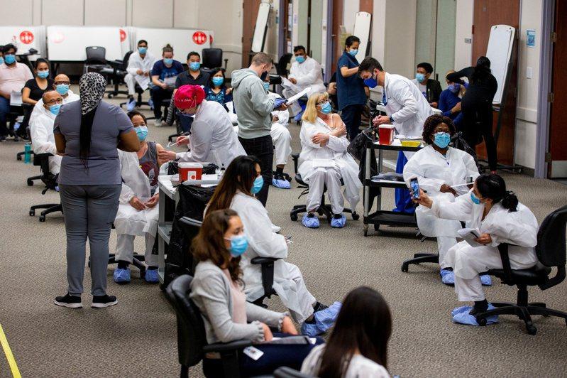 莫德納疫苗在施打2劑之後6個月,對所有類型的2019冠狀病毒疾病9成效力。 路透社