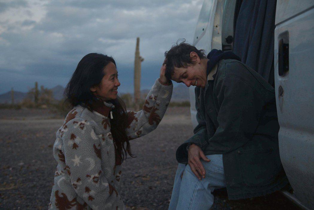 趙婷(左)以「游牧人生」創下首位非白人女導演奪得BAFTA最佳導演獎的紀錄。美聯