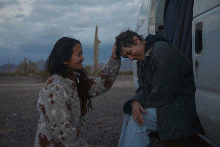 趙婷(左)以「游牧人生」創下首位非白人女導演奪得BAFTA最佳導演獎的紀錄。圖/...