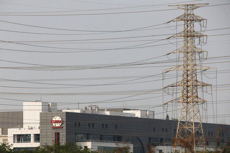 位於台南的台積電南科晶圓14B-P7廠昨天中午傳出停電,讓產業界震撼,業界預估台積電有3萬片晶圓受影響,損失金額在10億元以內,圖為南科台積電封測二廠。 記者劉學聖/攝影