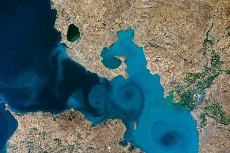土耳其東部萬恩湖照片在美國國家航空暨太空總署「2021地球錦標賽」線上投票中拔得頭籌。 圖擷自NASA