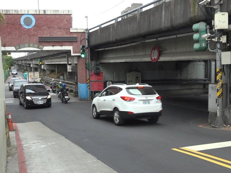 汐止吉林街成了交通瓶頸,市議員張錦豪建議上班時間 7-9點,禁止左轉,讓交通更順暢。 圖/觀天下有線電視提供