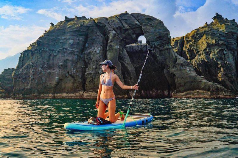 ▲2021最新SUP立槳推薦-深澳象鼻岩。(圖/sivanxie, Instagram)