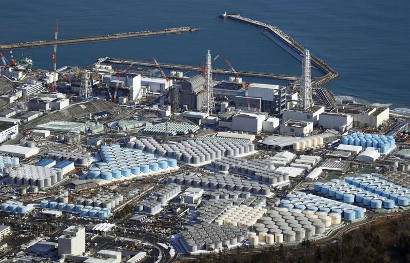 日本福島第一核電廠廠區內密密麻麻圓形儲存槽裝了大量核廢水,日本政府決定將這些廢水稀釋後排入海中。(美聯社)