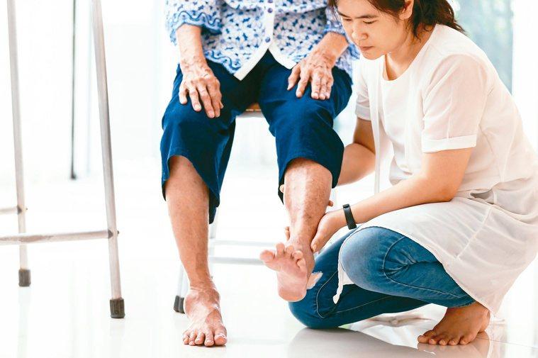 照顧者要正視自身負面情緒,適當喘息放鬆、抒發。圖/123RF