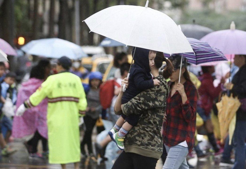 受到東北季風影響,北部、東半部到周五有雨。聯合報系資料照