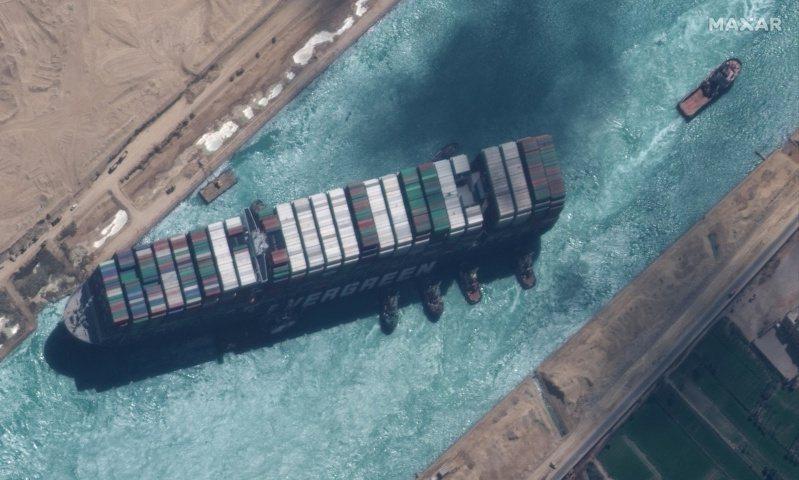 長榮「長賜號」巨型貨櫃輪上月23日在埃及蘇伊士運河擱淺,除堵住運河將近一周、波及全球航運,從太空的最新觀察可以發現,這起事件還造成運河嚴重汙染。法新社